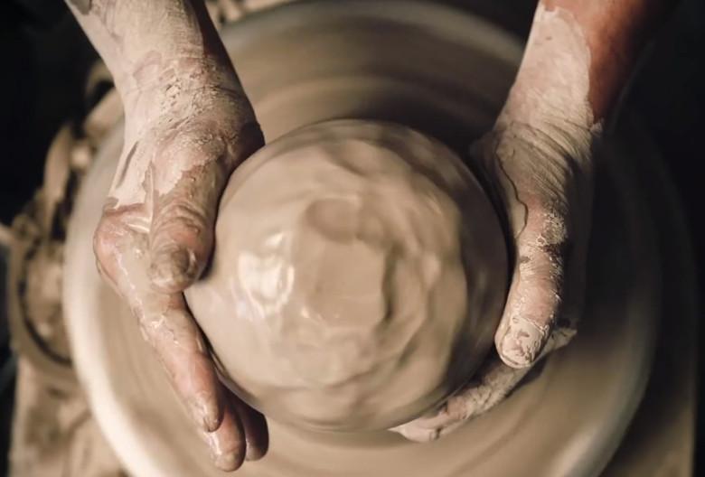 Lee Hyang-Gu, ein Kunsthandwerks-Meister aus Icheon, stellt ein keramisches Gefäß her.