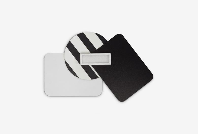 Michaela Binder, Brosche aus der Kollektion laminati mille colori. Komposition schwarz-weiß. Laminat, Silber, Filz.
