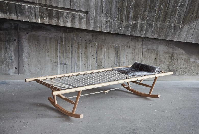 Schaukelbett Nonno / Rocking daybed, 40 × 200 × 80 cm.